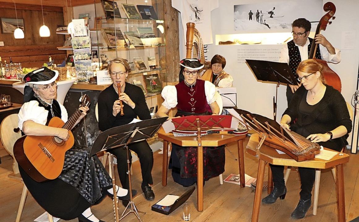 Die Stubenmusik-Gruppe Holz und Saiten...astierte  im Skimuseum Hinterzarten.    | Foto: Dieter Maurer