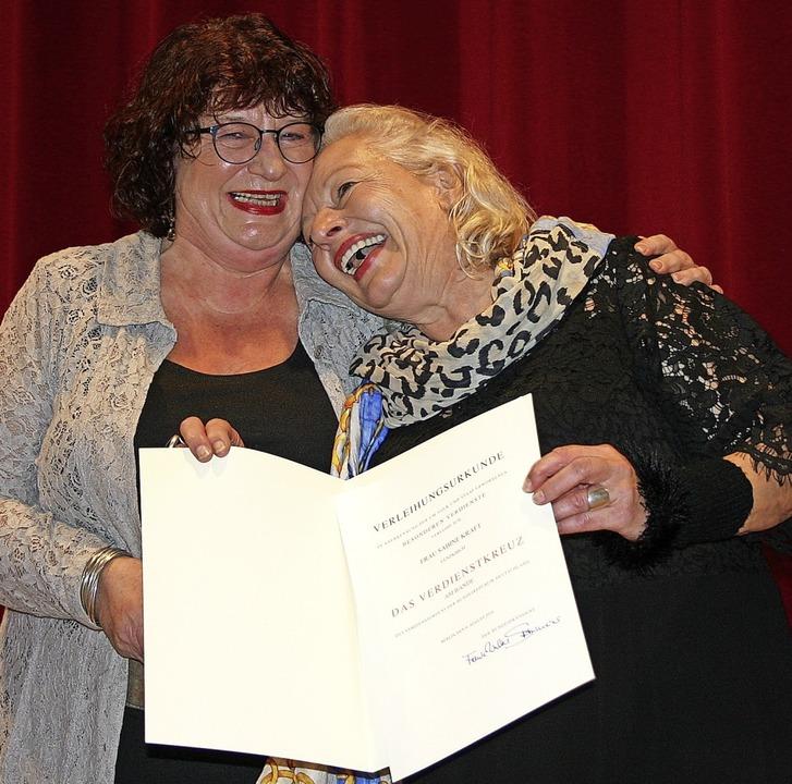 Mit dem  Bundesverdienstkreuz ist Sabi...rkunde, sehr zur Freude der Geehrten.   | Foto: Hans-Jochen Köpper