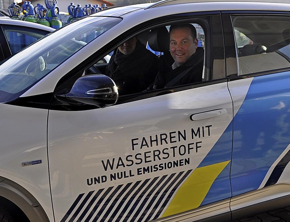 Eine Testfahrt unternahmen Felix Schre...stoff angetriebenen Auto in Ühlingen.   | Foto:  Ursula Ortlieb