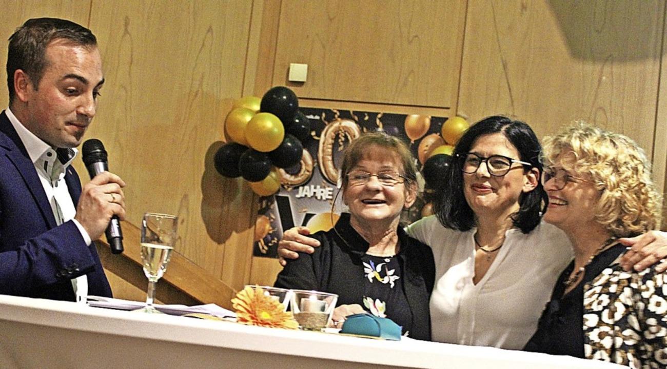 Andreas Volk mit den für langjährige M...nbach, Gudrun Volk und Ingrid Wisser.   | Foto: Bern Fackler