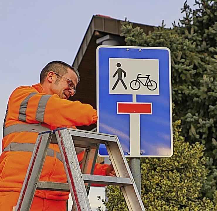Dieses neue Schild zeigt an, dass es f...hrer am Ende der Sackgasse weitergeht.  | Foto: Christian Falk