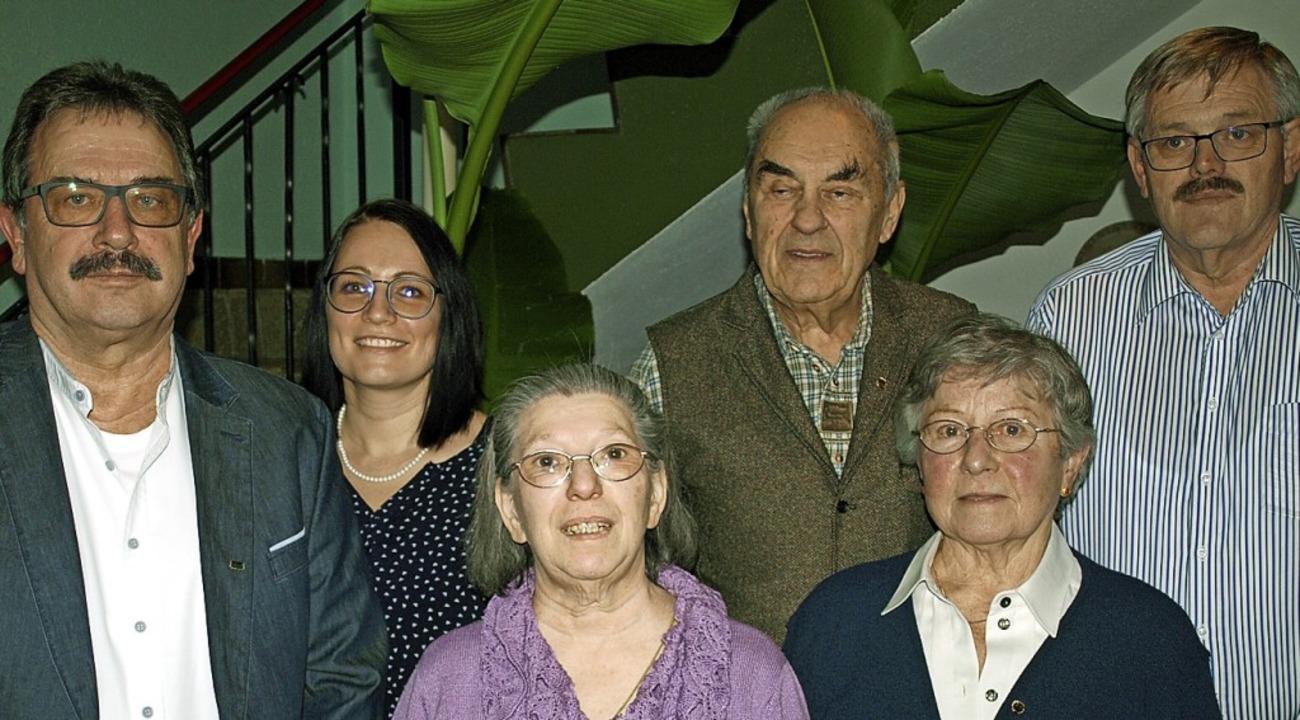 Vorsitzender Gerd Turowski und  Wendy ...rtsvorsteher Horst Simon (von links).   | Foto: Paul Schleer