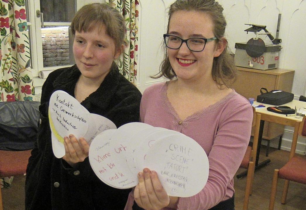 Jaana Hilberer und Jana Schwab mit den gesammelten Ideen.  | Foto: Susanne Kerkovius