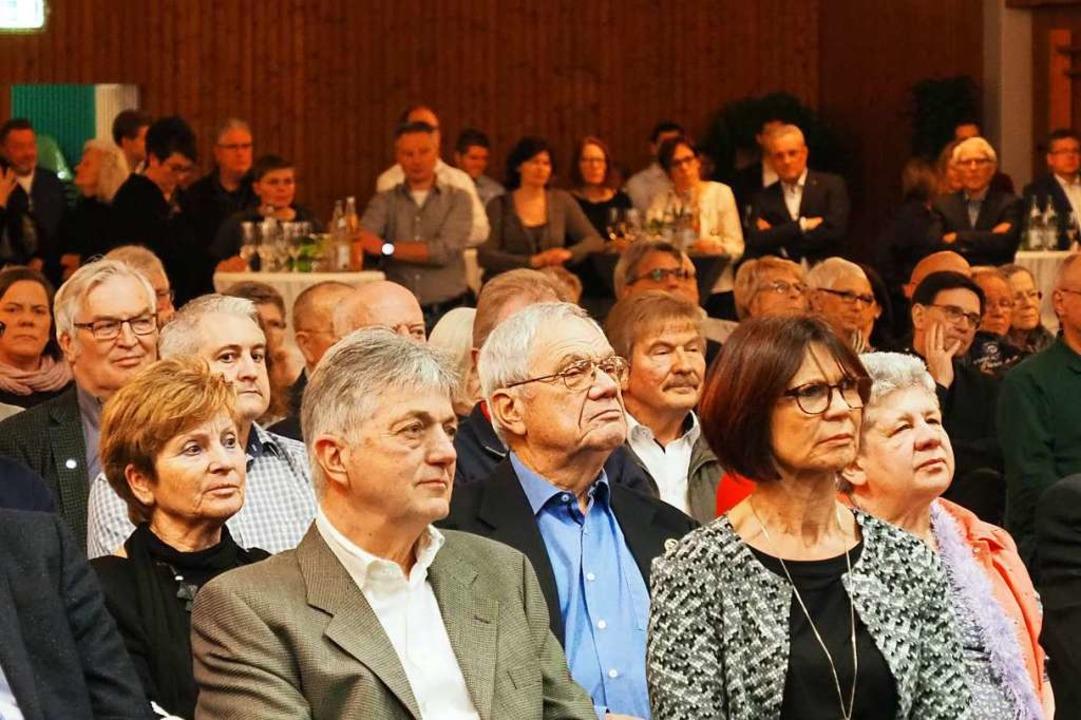 Tradition hat in Efringen-Kirchen auch... der Gäste sitzen, die anderen stehen.    Foto: Herbert Frey
