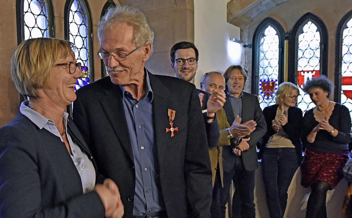 <BZ-FotoAnlauf>Bundesverdienstkreuz:</...aube &#8211; die Gäste freut&#8217;s.     Foto: Michael Bamberger