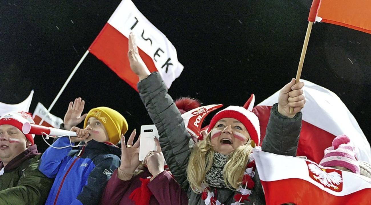 Polnische Fans, lautstark und schwer begeistert.  | Foto: Johannes Bachmann