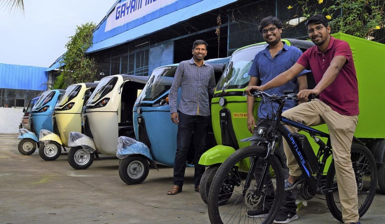 Rahul Gaham  (rechts) und sein Bruder ...itenden Mitarbeiter  vor ihrer Fabrik.  | Foto: Daniela Schröder