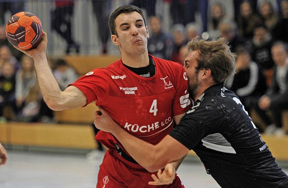 Mit viel Einsatz stellt sich  ein Gäst... Ringsheimer Thomas Kölblin entgegen.     Foto: Pressebüro Schaller
