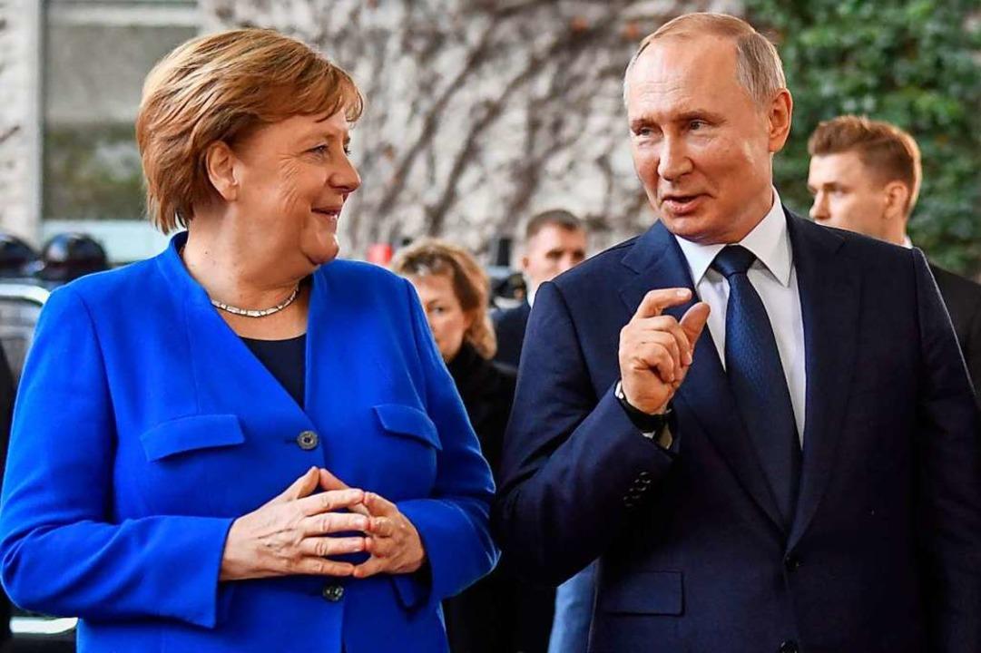 Zwiegespräch vor dem Treffen in großer...und Russlands Präsident Wladimir Putin  | Foto: JOHN MACDOUGALL (AFP)