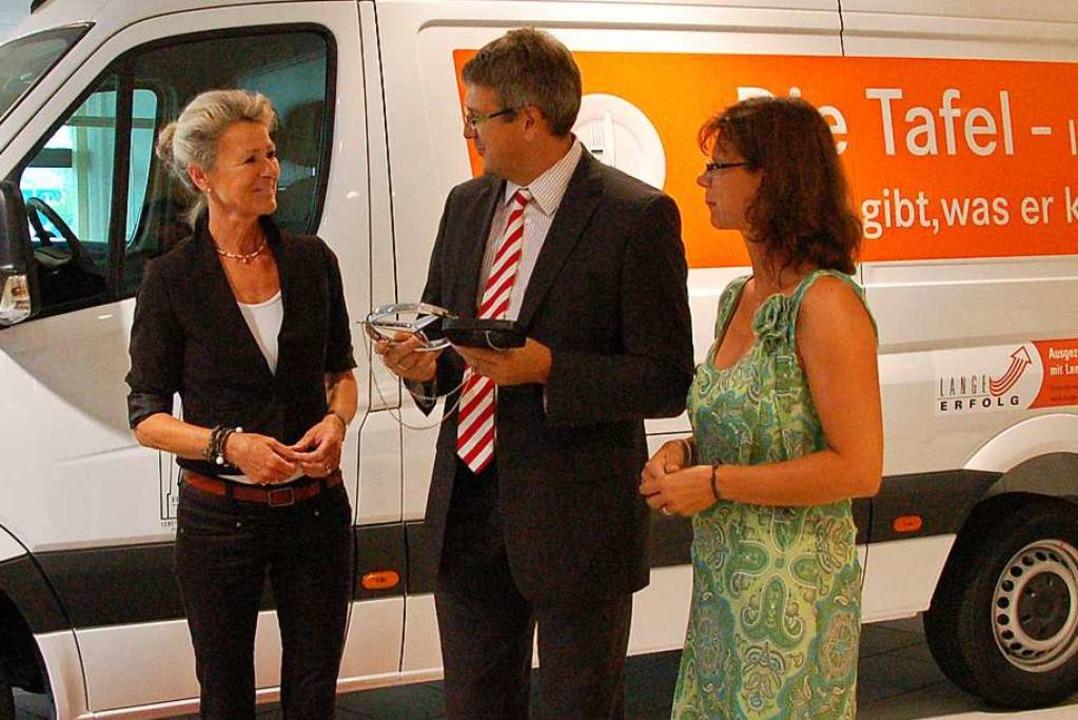 Fahrzeugübergabe (von links): Annette ..., Volker Sebastian Speck, Ursula Lange  | Foto: Clara Riefer