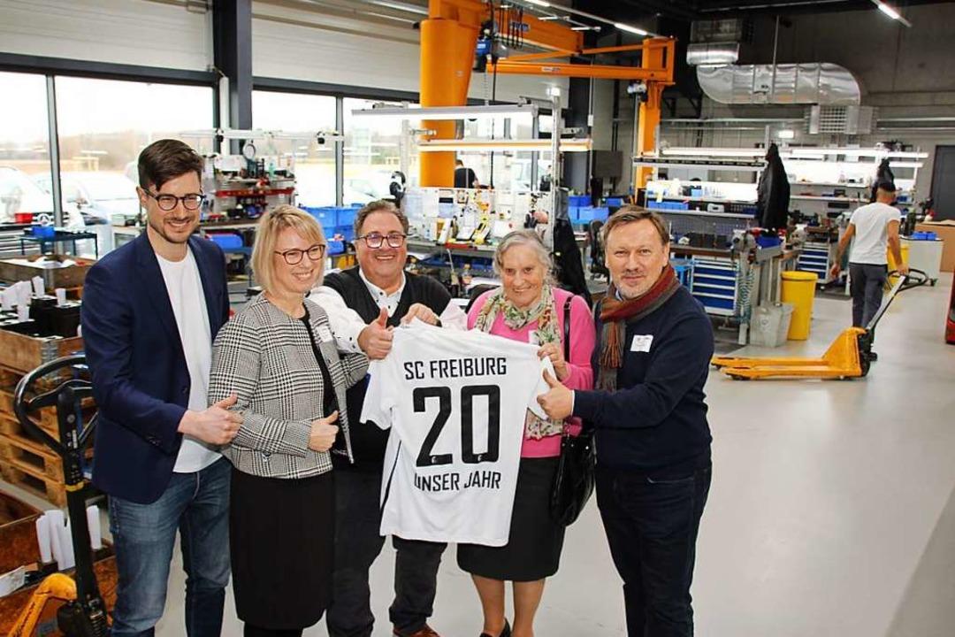 Zur Neueröffnung gratulierten auch Ver... sowie von Senior-Chefin Renate Merkle  | Foto: Mario Schöneberg