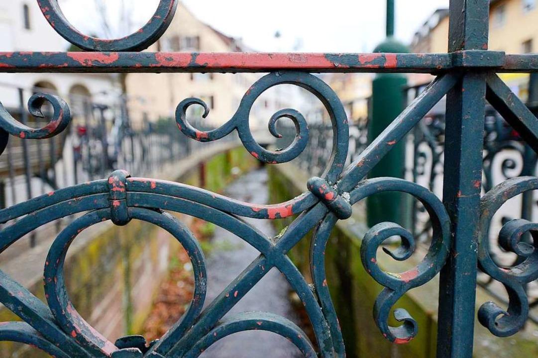 Das Geländer am Glasbach ist an zahlreichen Stellen sanierungsbedürftig.  | Foto: Ingo Schneider