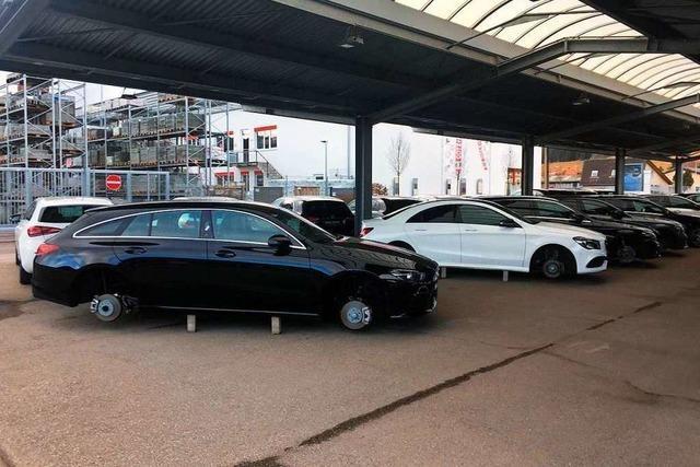 Diebe stehlen acht Mercedes-Autos die Radsätze