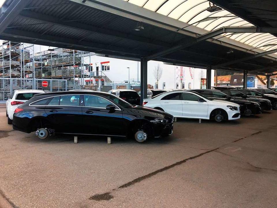 An acht im Freien abgestellten Autos w...en Radsätze abmontiert und gestohlen.   | Foto: Kamera24