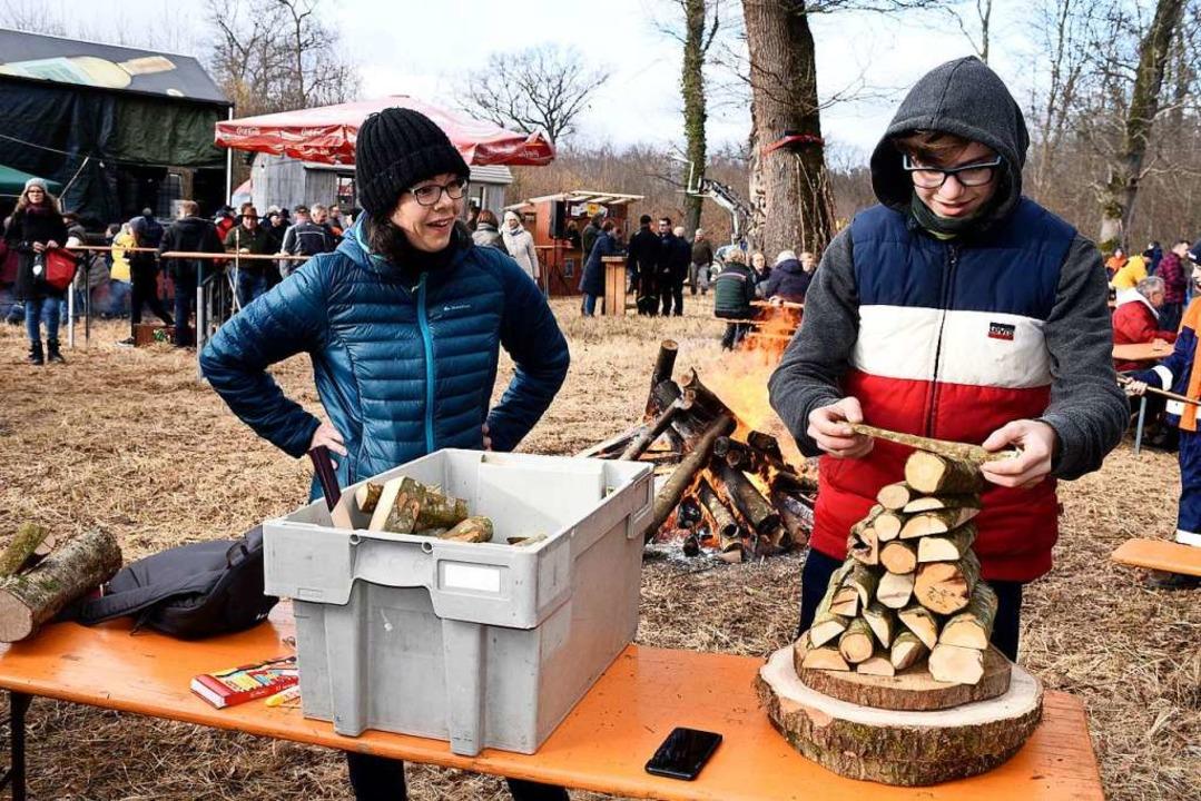 Holzstapeln war eine der Aufgaben bei ... Pfeiffer jedenfalls klappte es prima.    Foto: Thomas Kunz