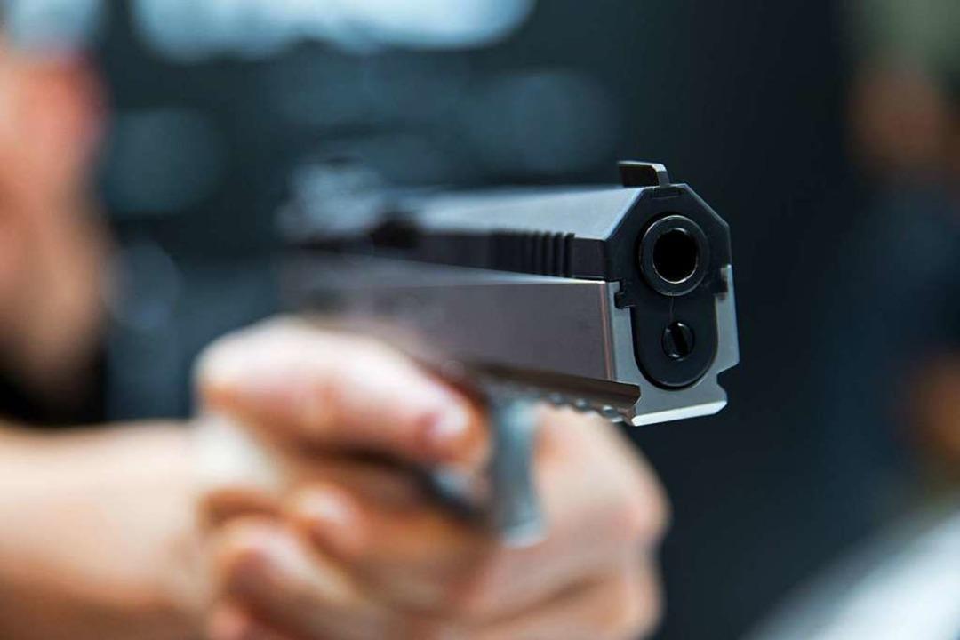 Mit einer Pistole soll ein 22-Jähriger...lach bedroht worden sein (Symbolbild).  | Foto: Daniel Karmann