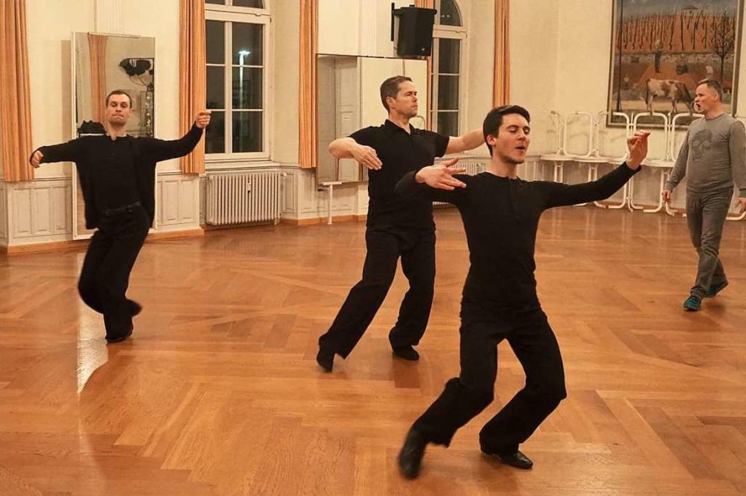 Es geht auch ohne Frau: Basisschritte ... Tanzhaltung bis zur Perfektion geübt.    Foto: Jutta Geiger