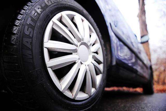 Alle vier Reifen an vier Autos zerstochen