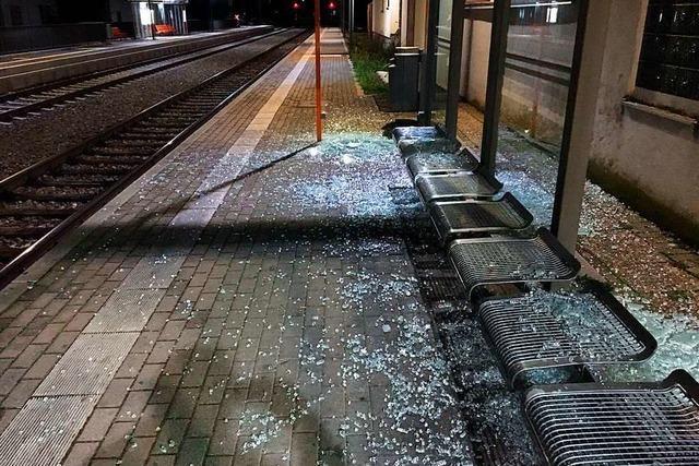 Unbekannte legen Betonplatten auf Gleise und verwüsten Fahrgastunterstand