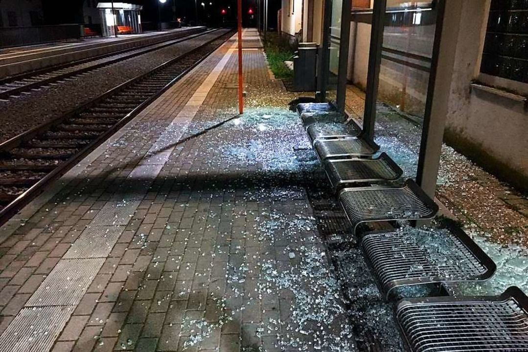 Sachbeschädigung in Sasbach: Unbekannt...es Fahrgastunterstands am Bahnhof ein.  | Foto: SWEG