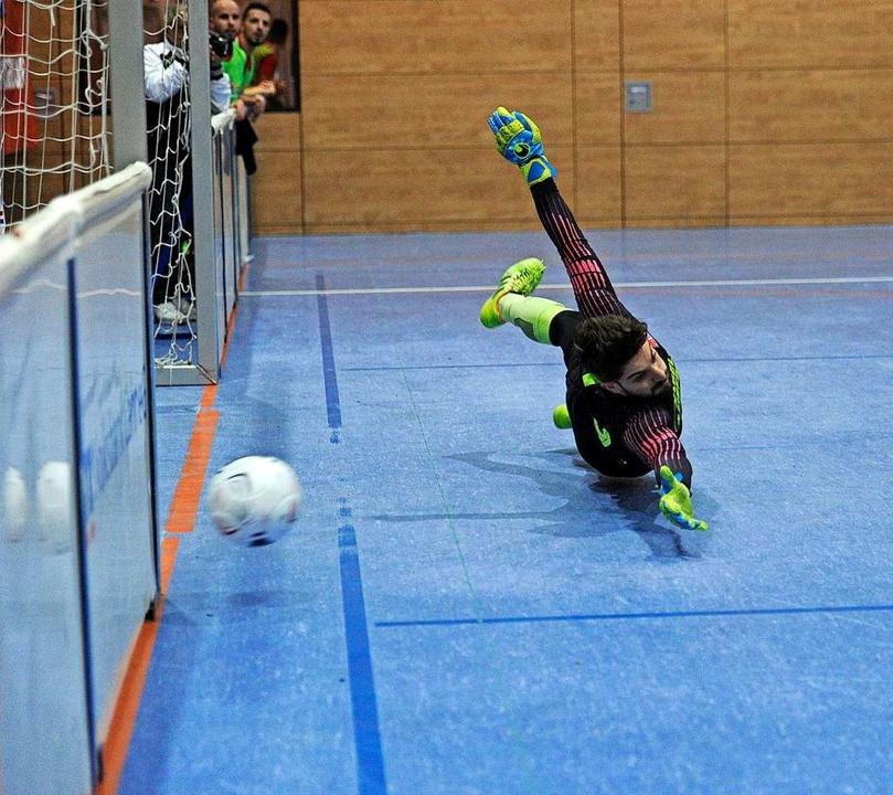Viertelfinale beim Masters: Der Ball zischt, der OFV-Torwart fliegt.  | Foto: Pressebüro Schaller
