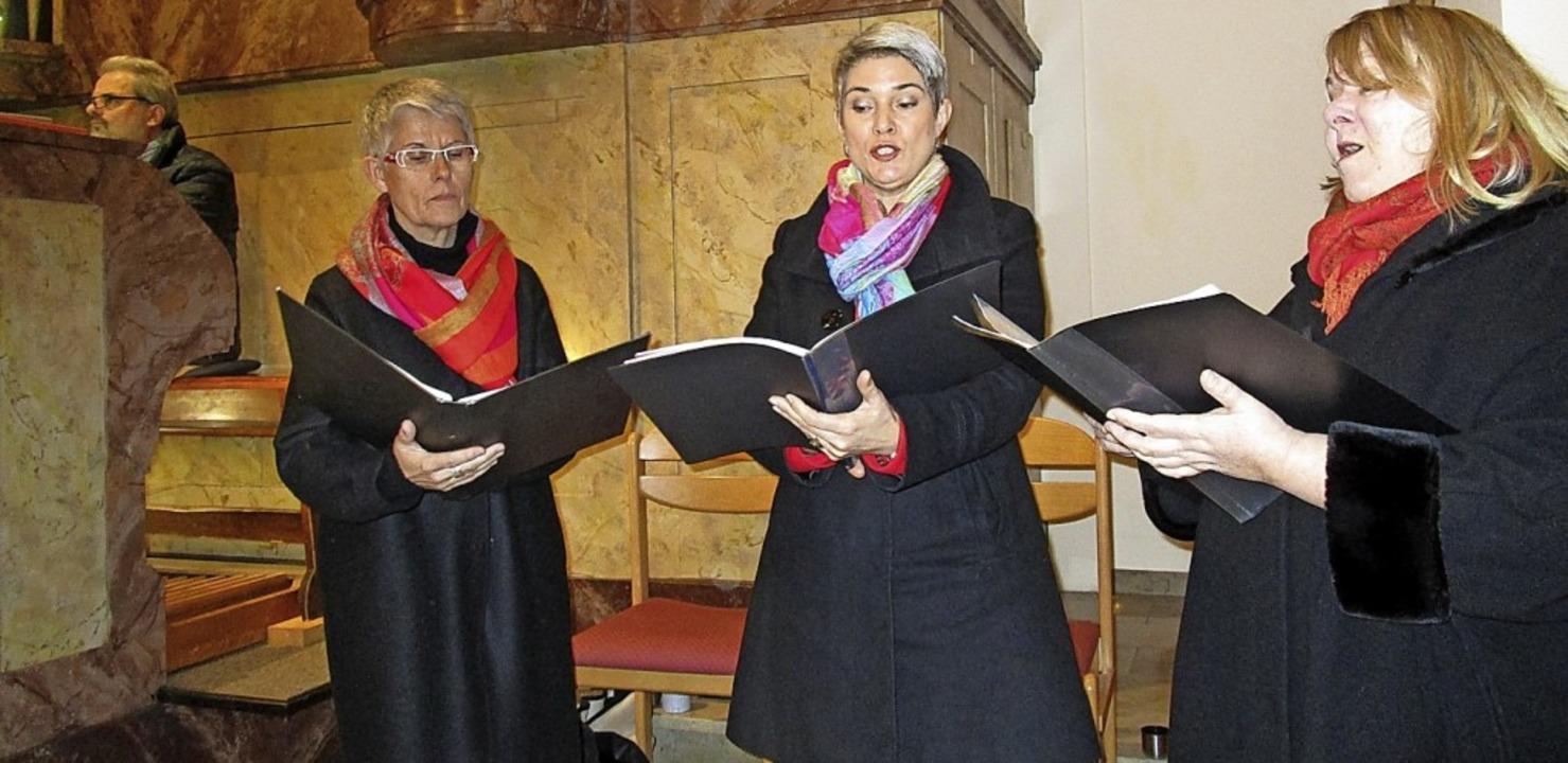 Das Frauentrio Tre Donne mit (von rech...lmann, Alt;  links Organist Pius Moser  | Foto: Renate Griesser
