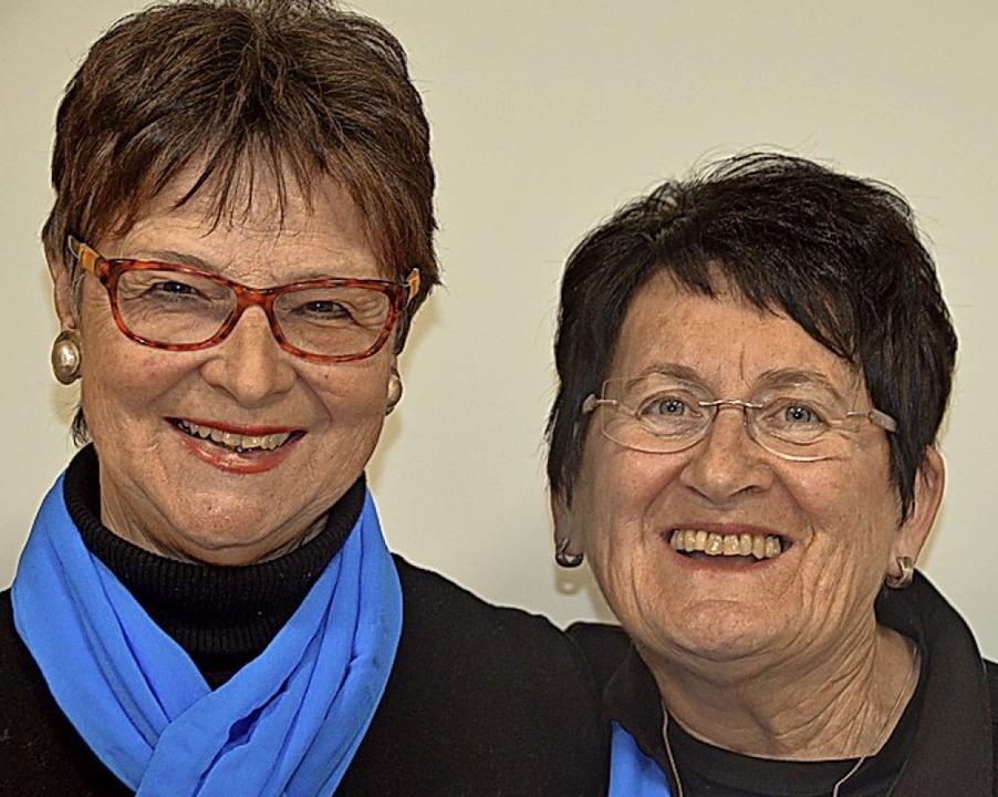 Rita Ebner-Jeppsen (links) hält dem Ge...erz ist seit 40 Jahren aktive Sängerin  | Foto: Christiane Sahli