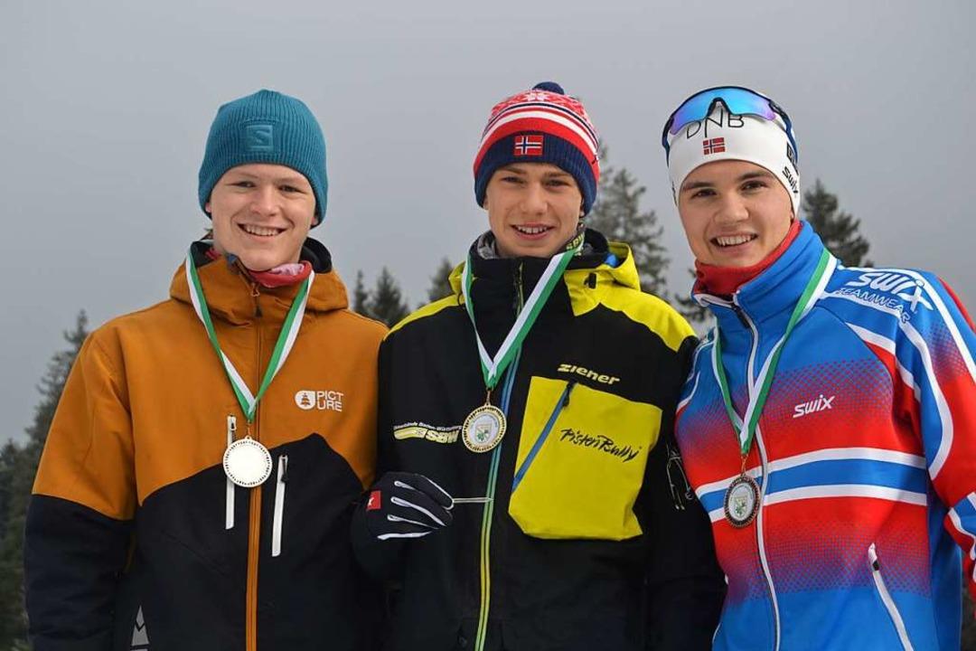 Die erfolgreichen U-18-Skilangläufer b...nd rechts der Dritte Leopold Hensler.   | Foto: Junkel