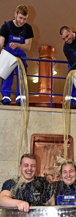 Bei einer Biertaufe in der Fürstenberg Brauerei  für die beiden neuen Gesellen  | Foto: Privat