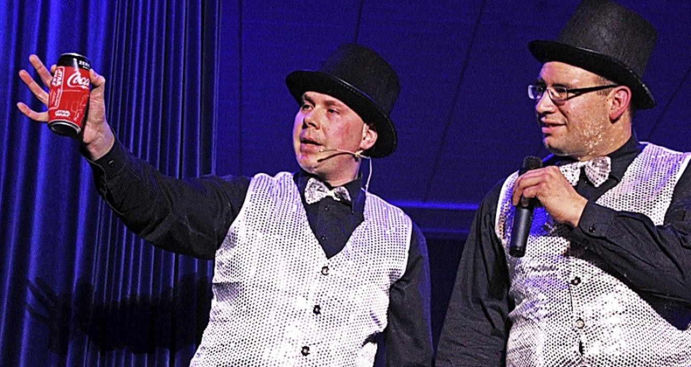 Perfekte Zaubershow: Bernd Bruder (lin...r Coladose und der Kette funktioniert.  | Foto: