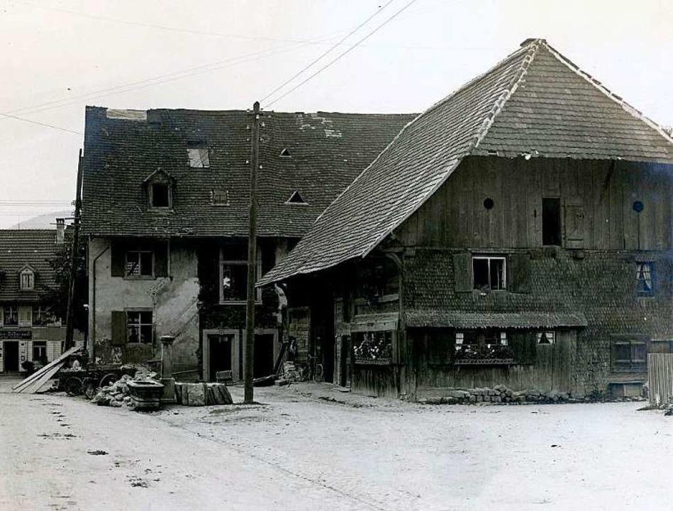 Das Alte Rathaus  während des Umbaus 1...ember 1916 abgerissene Balserhäuschen.  | Foto: Architekten