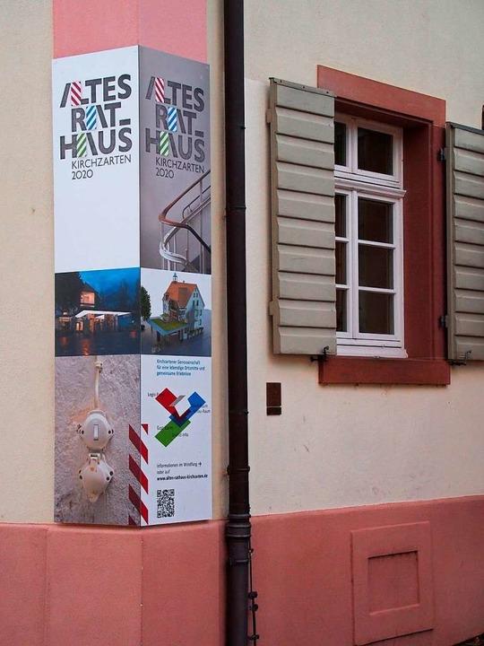 Werbung der Initiativgruppe an der Fassade des Alten Rathauses.  | Foto: Markus Donner