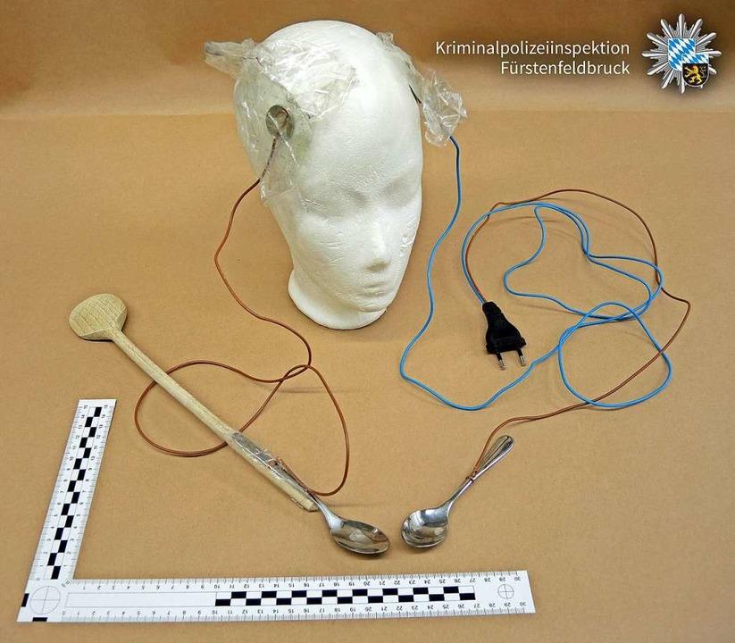 Solche Apparaturen mussten die Frauen ... sich damit Stromschläge zu verpassen.  | Foto: - (dpa)