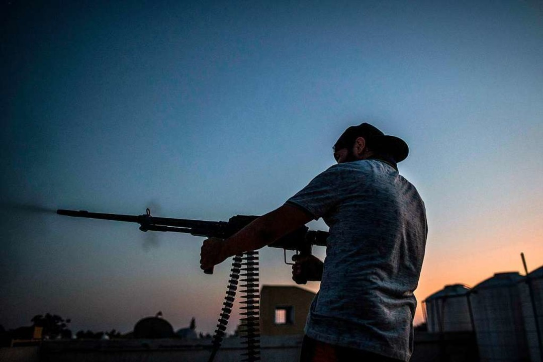 Die Lieferung von Waffen zu unterbinde... der Libyen-Konferenz verständigt hat.    Foto: Amru Salahuddien (dpa)