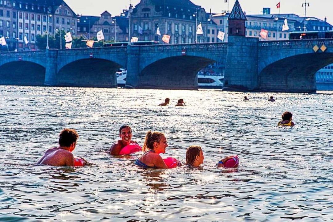 Im Sommer lassen sich Leute in Basel gern ein Stück den Rhein hinuntertreiben.  | Foto: Basel Tourismus
