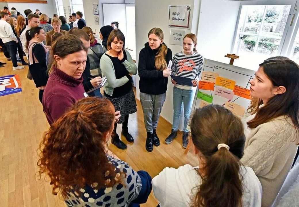 Schülerinnen und Schüler beschäftigen sich im Literaturhaus mit Zukunftsfragen.  | Foto: Michael Bamberger