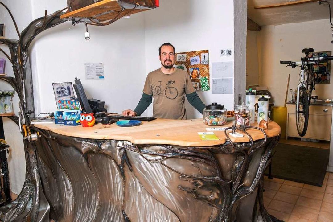 Daniel Mascher in seinem fairen Fahrra...Thekenkunstwerk aus Recyclingmaterial.  | Foto: Ansgar Taschinski