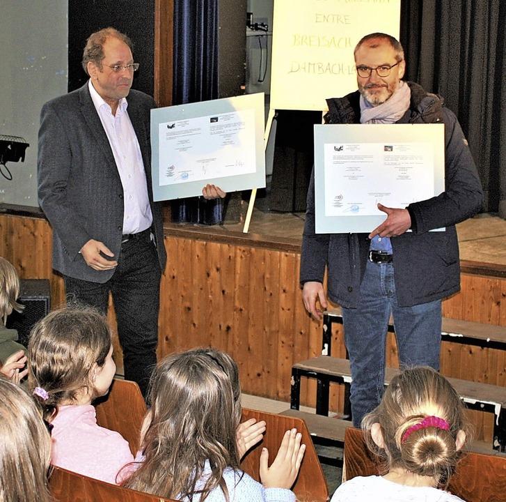 Die beiden Schulleiter Winfried Wagner...auschten die Kooperationsverträge aus.  | Foto: Laetitia Barnick