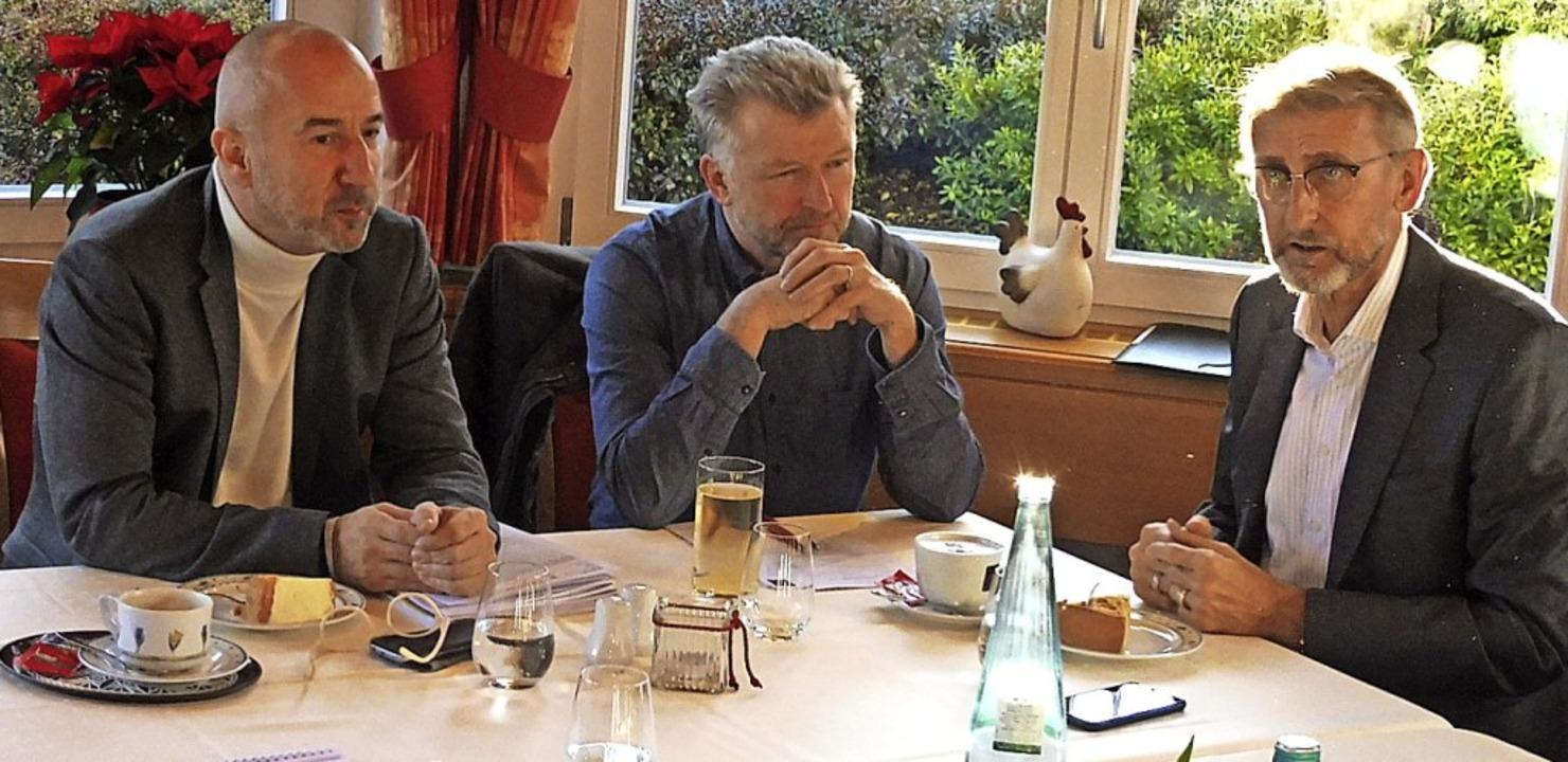 Gesprächsrunde in der Sennhütte (von l...air, Gerd Schönbett und Armin Schuster  | Foto: Dieter Vollmer