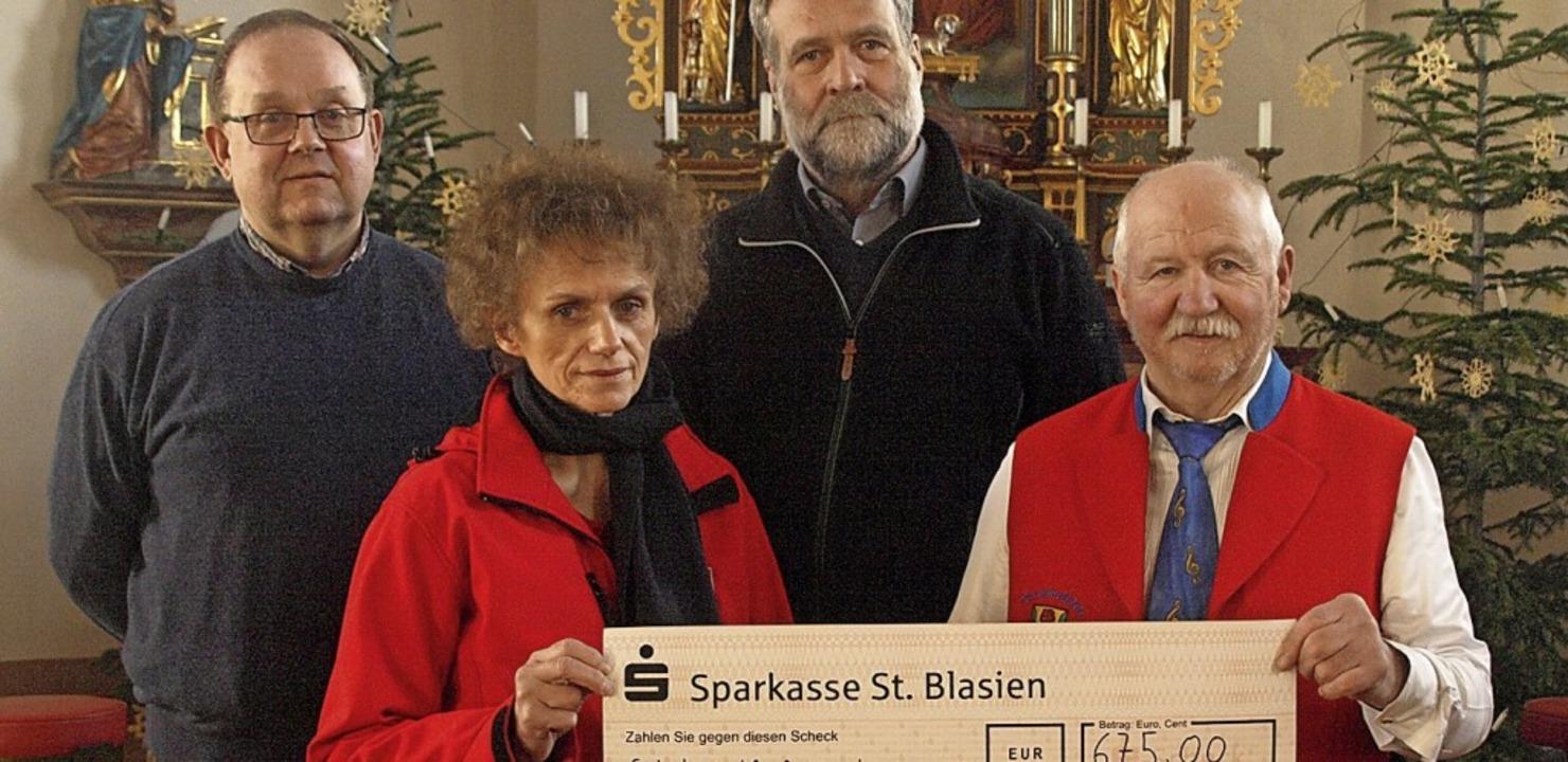 Georg Albiez (rechts) spendet den Erlö...Jan, Ulrike Stich und Peter Schwander.  | Foto: Karin Stöckl-Steinebrunner