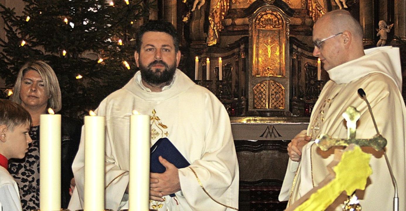 Pater Lukas (links) und Prior Pater Da...m in der Todtmooser Wallfahrtskirche.   | Foto: Andreas Böhm