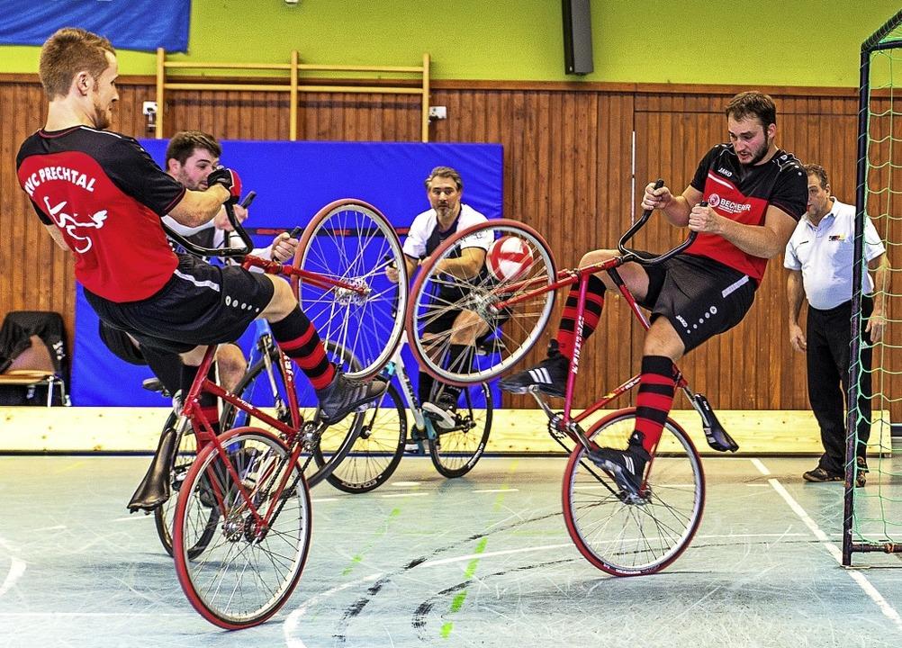 Hinterrad-Akrobatik mit Ball und Gegne...RSV Wendlingen in der Steinberghalle      Foto: Wolfgang Bischoff