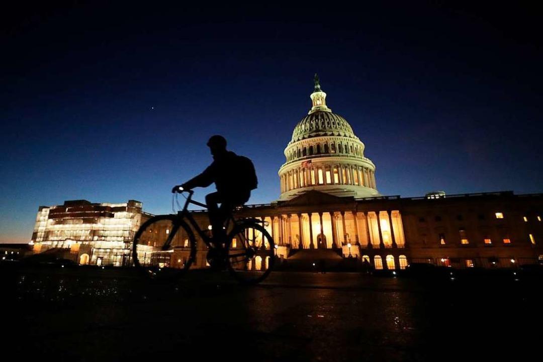 Im Kapitol wurde bis in die Nacht diskutiert.  | Foto: CHIP SOMODEVILLA (AFP)