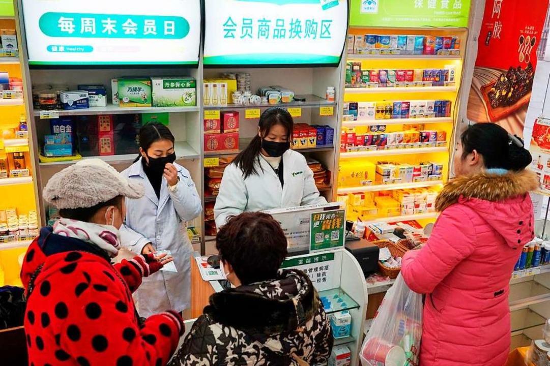 Mitarbeiterinnen in einer Apotheke im ...n Lungenkrankheit nachgewiesen worden.  | Foto: Dake Kang (dpa)
