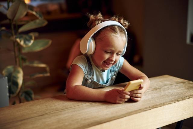 Wie viel Medienzeit pro Tag ist für mein Kind angemessen?