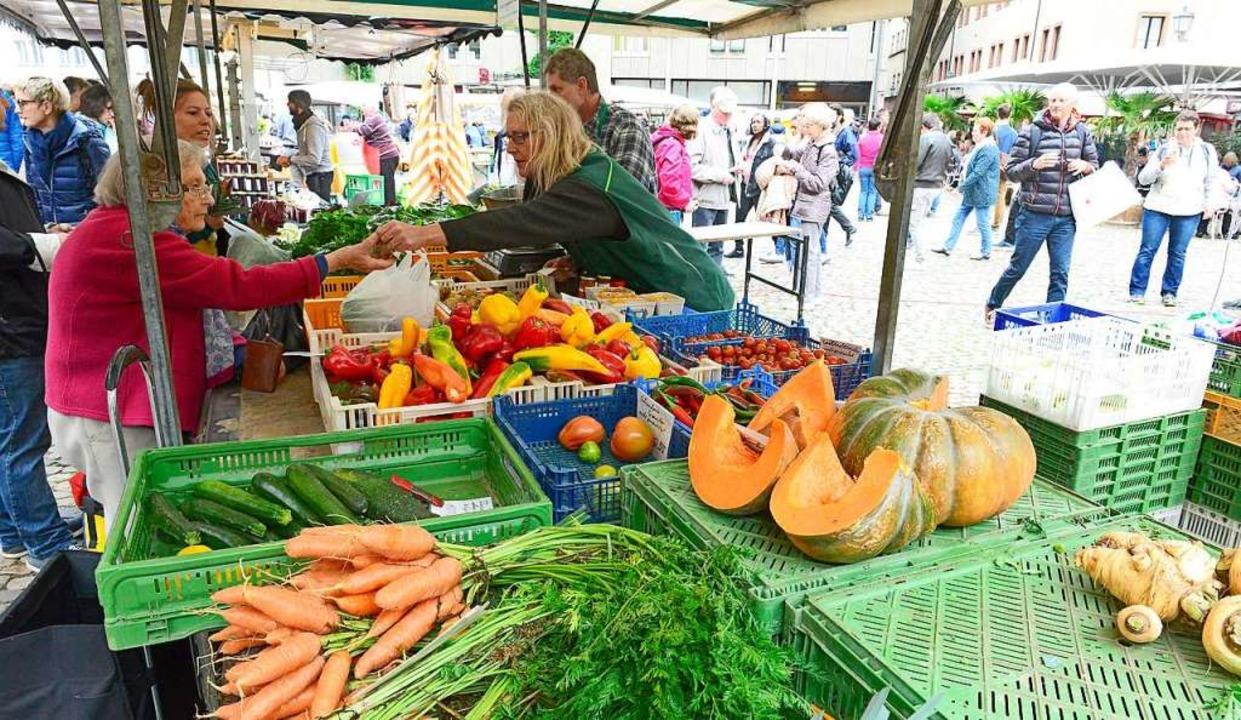 Auf dem Freiburger Münstermarkt kommen...le  Erzeuger und Verbraucher zusammen.  | Foto: Ingo Schneider
