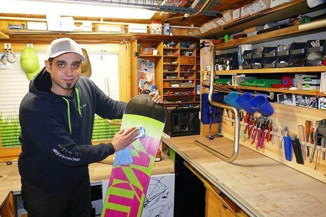 Leo Aita baut in Schwörstadt Sitzbänke aus alten Snowboards
