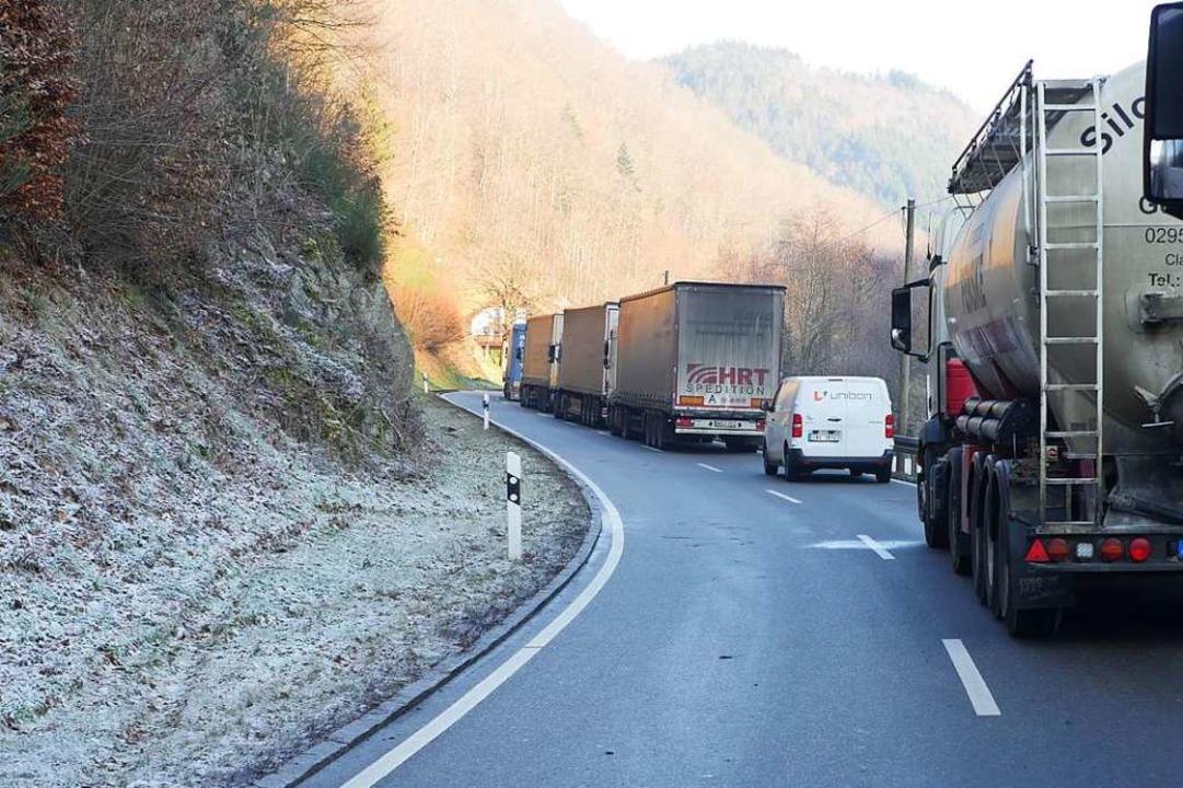 Die Spirzenstraße ist derzeit wegen eines Unfalls gesperrt.  | Foto: Jannik Jürgens