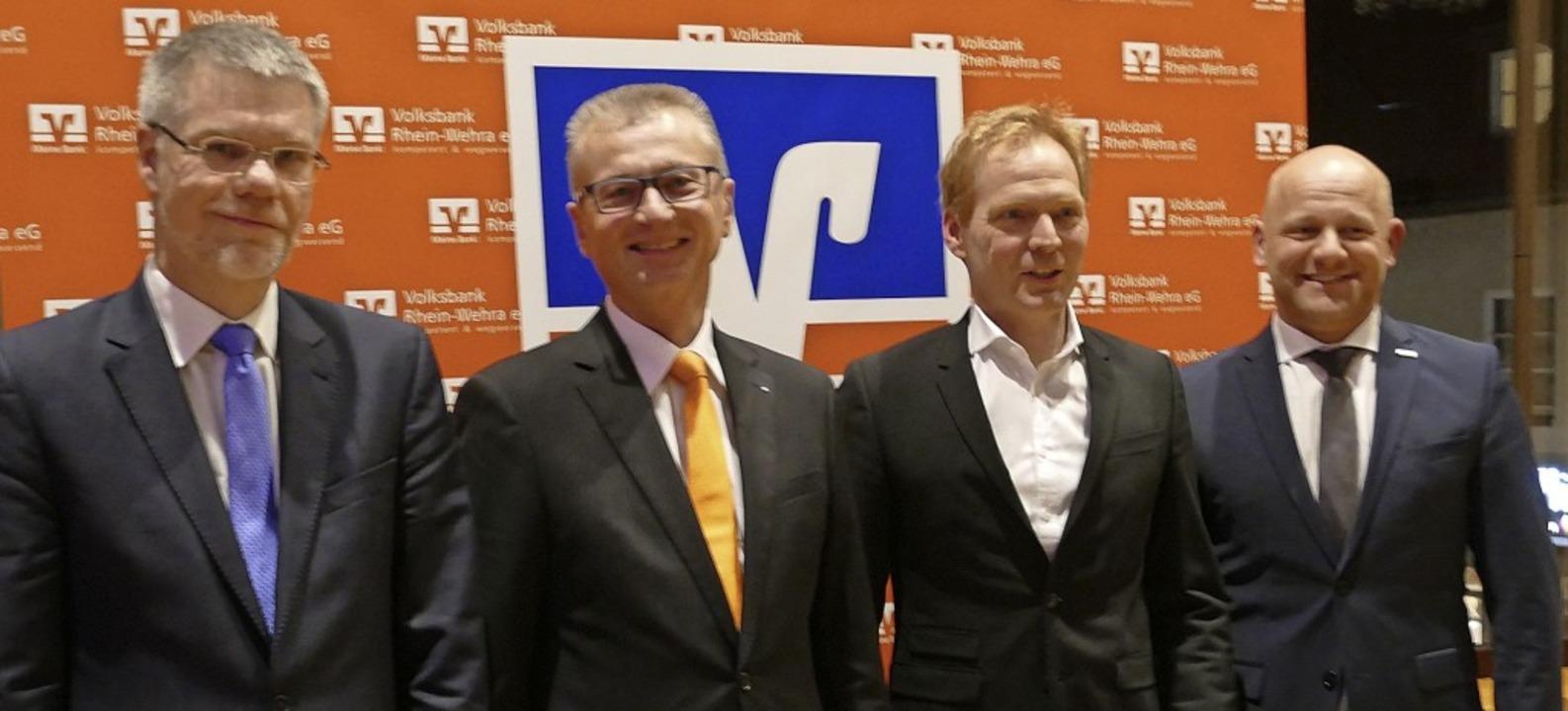 Der Bankdirektor und die Referenten (v...ann, Bernd Waldeck und Jochen Matthes   | Foto: Axel Kremp