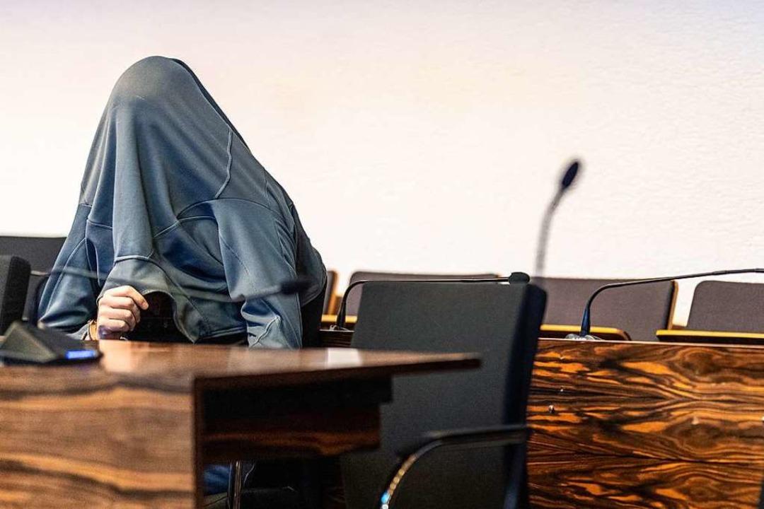 Der Angeklagte am Montag auf der Anklagebank im Landgericht Freiburg.    Foto: Patrick Seeger (dpa)
